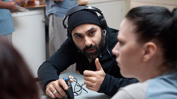 Regissör Peter Grönlund under inspelningen av Tjuvheder. Foto: TriArt
