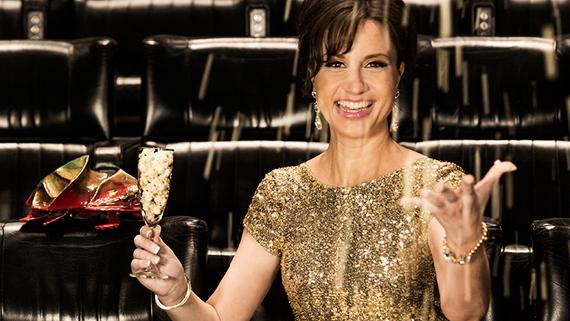 Petra Mede med guldglitter och champagne